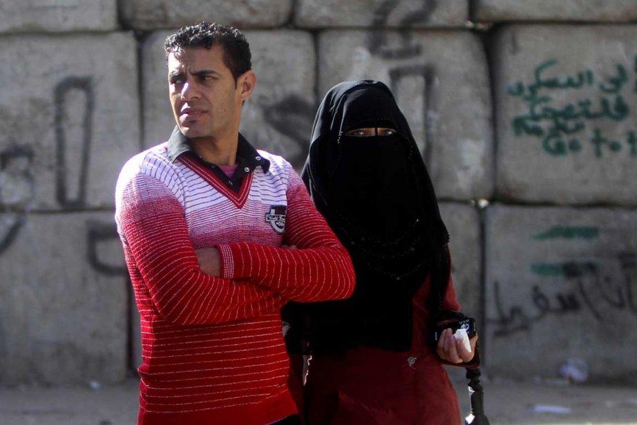 Un couple traverse laPlace Tahrir au Caire.... (Photo Associated Press)
