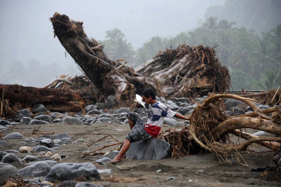 Un garçon se retrouve seul près d'un pont... (Photo: Noel Celis, AFP)