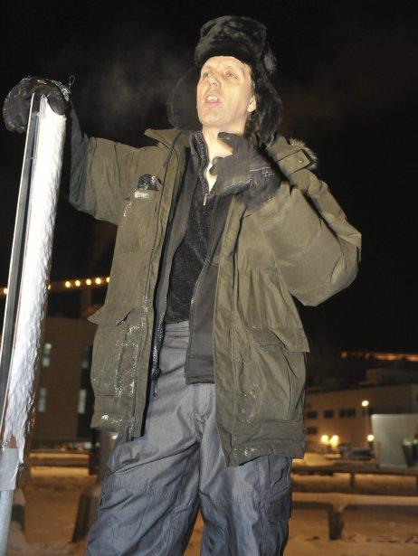 LOCK-OUT JOUR 1 (1 janvier) À quelques dizaines de mètres de l'entrée de l'usine, le président du Syndicat des travailleurs de l'aluminium d'Alma, Marc Maltais, s'est arrêté pour lancer un ultime appel pour éviter le lock-out. | 1 janvier 2012