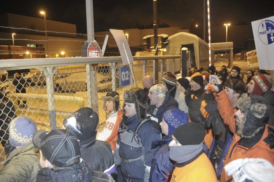 LOCK-OUT JOUR 1 (1 janvier) Voyant que les grilles étaient verrouillées et que les gardiens ne bronchaient pas devant leur demande d'ouvrir les portes pour les laisser rentrer au travail, les syndiqués ont échangé des injures avec les gardiens avant de secouer violemment la clôture. | 1 janvier 2012