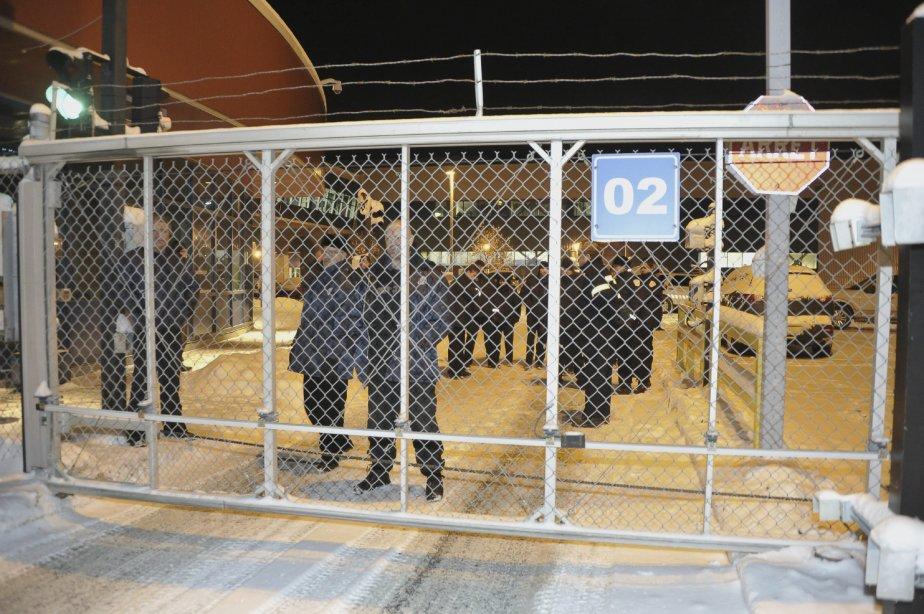 LOCK-OUT JOUR 1 (1 janvier) Une quinzaine de gardiens de sécurité fixaient les travailleurs sans broncher de l'autre côté de la grille. | 1 janvier 2012