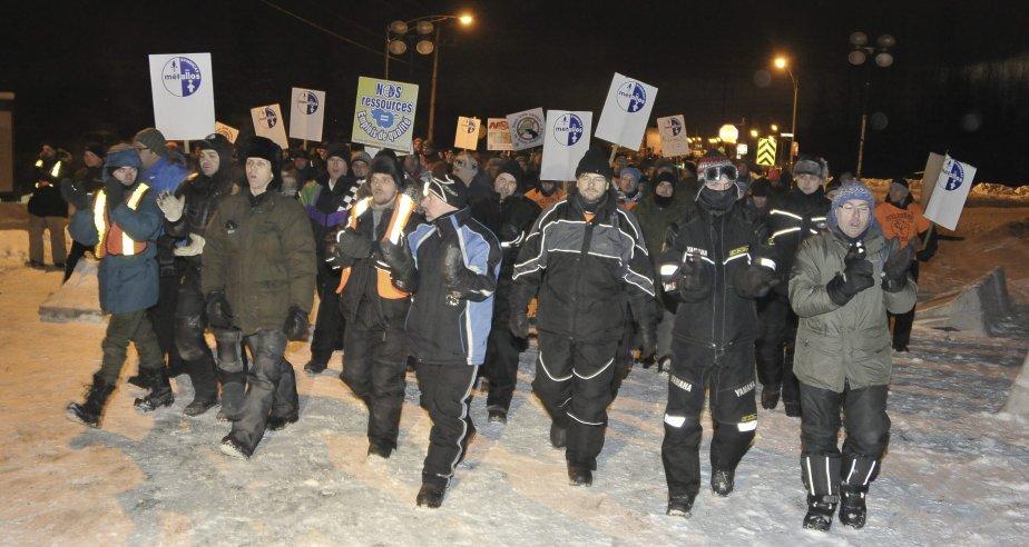 LOCK-OUT JOUR 1 (1 janvier) Les travailleurs ont traversé les quelques deux kilomètres qui les séparaient de l'entrée des travailleurs en répétant en choeur «On veut travailler!» ainsi que l'habituel «So-so-so...Solidarité!», sous la surveillance de plusieurs gardiens de RTA qui circulaient en camionnette. | 1 janvier 2012