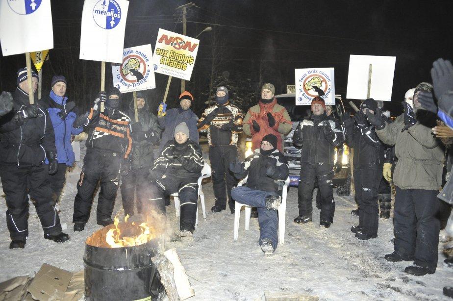 LOCK-OUT JOUR 1 (1 janvier) Pendant la soirée, les syndiqués se réchauffaient autour de feux de camp tout en écoutant de la musique pour attendre l'année 2012. | 1 janvier 2012
