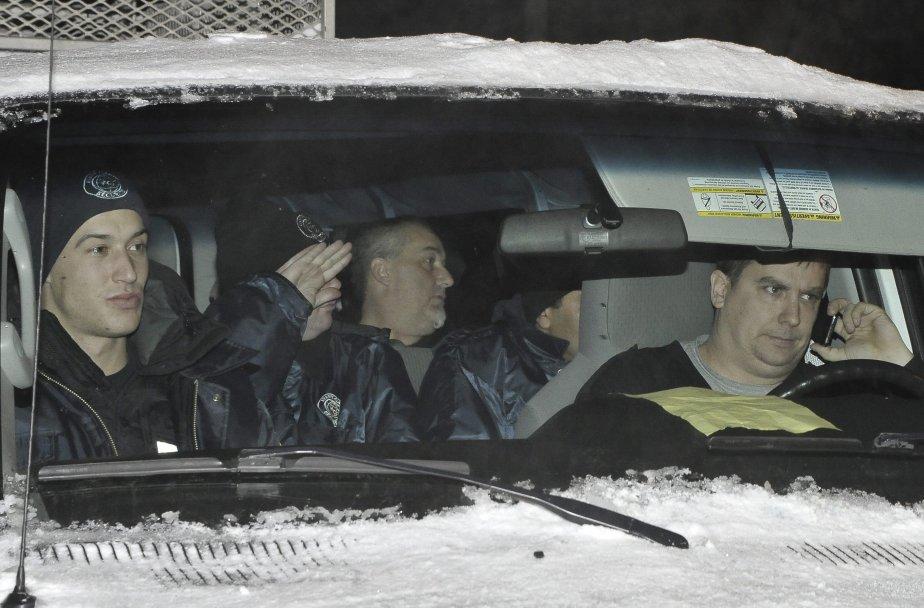 LOCK-OUT JOUR 1 (1 janvier) La soirée s'annonçait plutôt calme sur les lignes de piquetage samedi, jusqu'à ce qu'une fourgonnette remplie d'une dizaine de gardiens de sécurité annonce son intention de se rendre à l'usine. Les syndiqués ont vigoureusement fait connaître leur mécontentement au conducteur du véhicule et aux passagers. | 1 janvier 2012