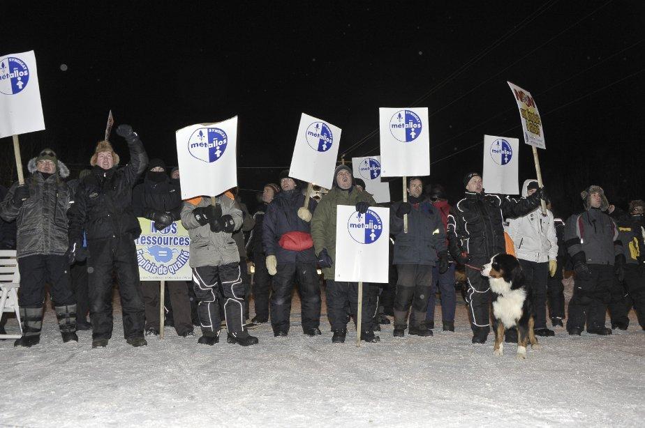 LOCK-OUT JOUR 1 (1 janvier) Dans la nuit de vendredi à samedi, les travailleurs ont établi leur ligne de piquetage sur le chemin principal donnant accès à l'usine, à l'angle de la rue des Pins et de l'avenue Boudreault. | 1 janvier 2012