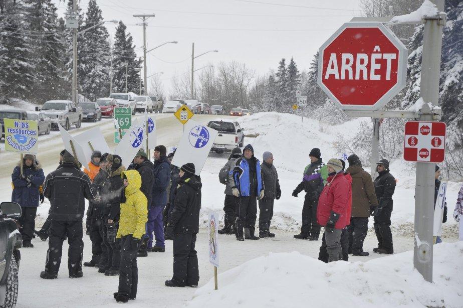31 DÉCEMBRE Dans la nuit de vendredi à samedi, les travailleurs ont établi leur ligne de piquetage sur le chemin principal donnant accès à l'usine, à l'angle de la rue des Pins et de l'avenue Boudreault. | 1 janvier 2012