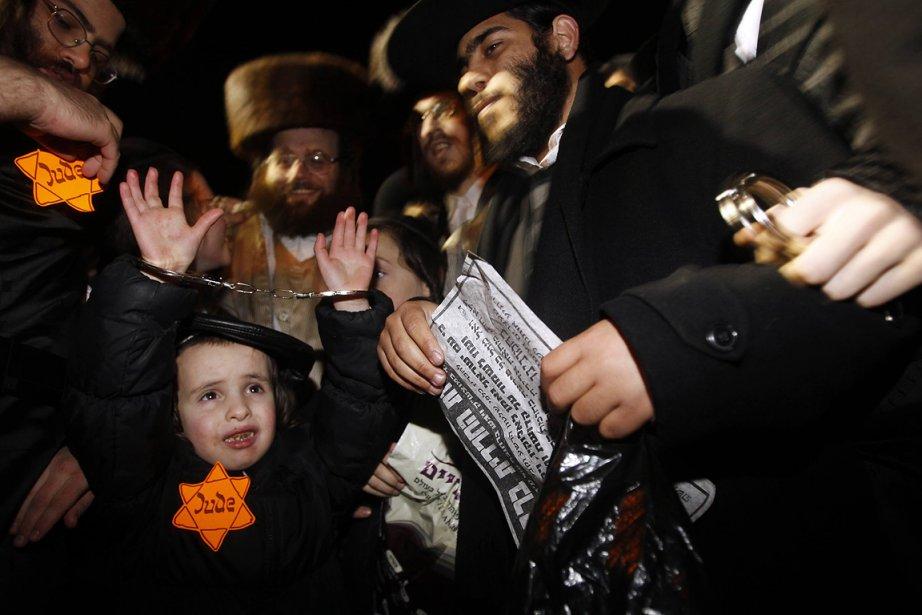Plusieurs centaines de Juifs ultraorthodoxes, certains portant l'étoile... (Photo: Reuters)