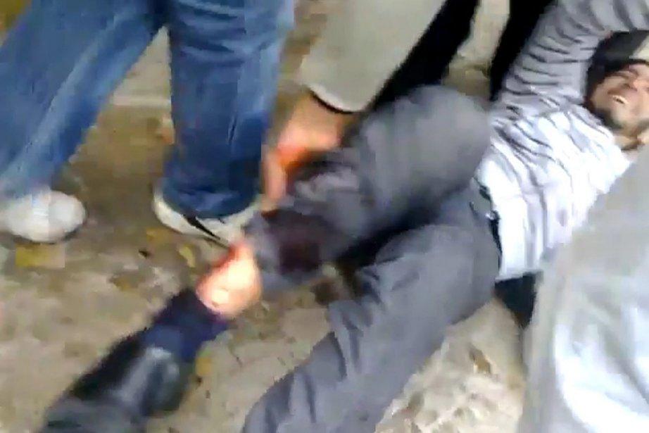 Les vidéos, capturées par portables et diffusées sur... (Photo: AP)