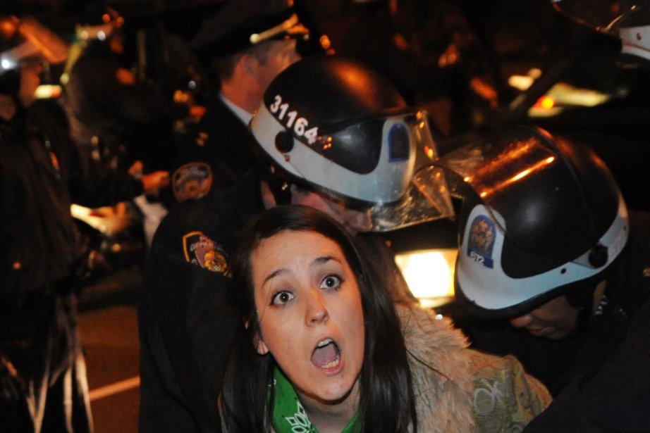 Une «indignée» est arrêtée par la police de...