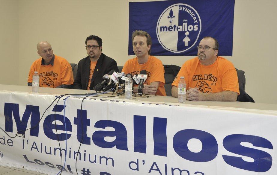 30 DÉCEMBRE Les travailleurs de l'aluminerie Rio Tinto Alcan d'Alma ont rejeté les dernières offres patronales dans une proportion de 88%. Le président du Syndicat des travailleurs de l'aluminium d'Alma, Marc Maltais, au micro, a réitéré son désir de reprendre le dialogue. | 2 janvier 2012