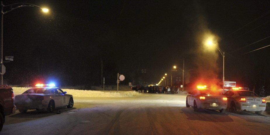 31 DÉCEMBRE À minuit 45 précise, samedi, quelque 150 agents de sécurité ont envahi l'Usine d'Alma et ont exigé aux travailleurs présents de quitter les lieux immédiatement. Une présence policière accrue était visible cette nuit-là. | 2 janvier 2012