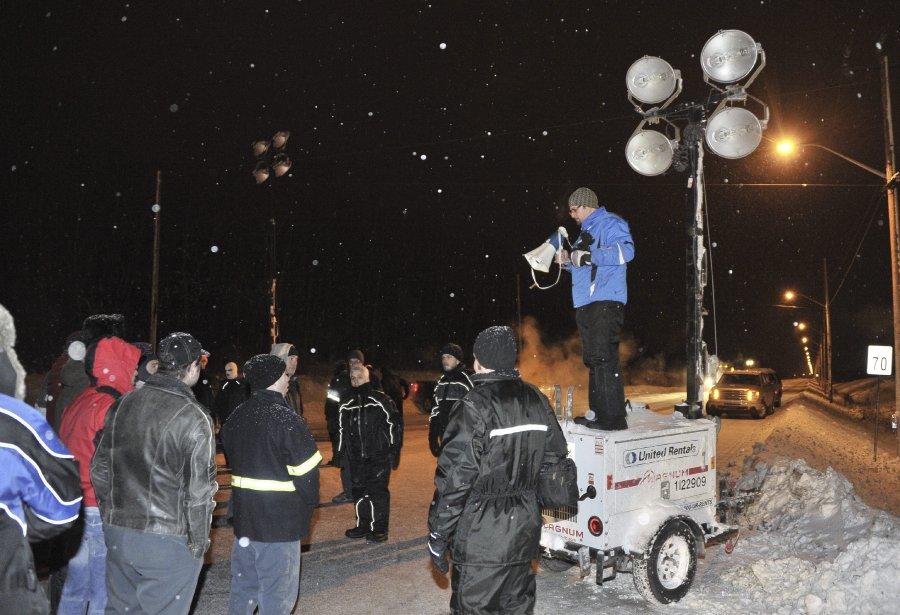 31 DÉCEMBRE À minuit 45 précise, samedi, quelque 150 agents de sécurité ont envahi l'Usine d'Alma et ont exigé aux travailleurs présents de quitter les lieux immédiatement. | 2 janvier 2012