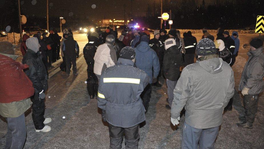 30 DÉCEMBRE À minuit 45 précise, samedi, quelque 150 agents de sécurité ont envahi l'Usine d'Alma et ont exigé aux travailleurs présents de quitter les lieux immédiatement. | 2 janvier 2012