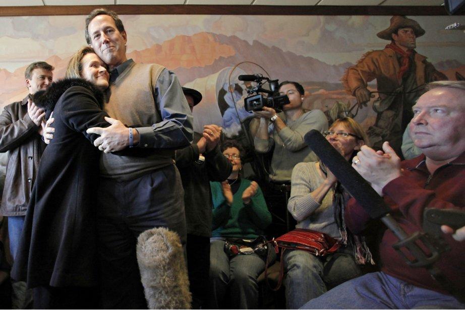 Rick Santorum, que l'on voit ici avec sa... (Photo: Charlie Riedel, AP)