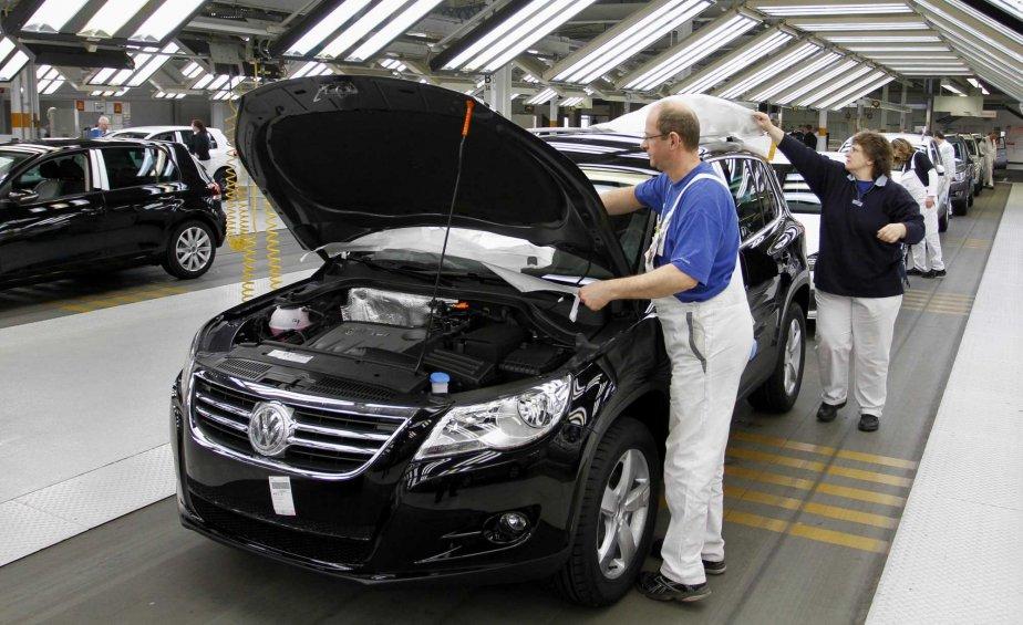 Des travailleurs dans une usine de Volkswagen en... (Photo AP)