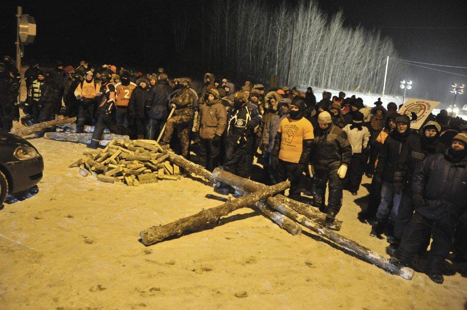 LOCK-OUT JOUR 2 (2 janvier) Les travailleurs de l'Usine Alma maintenaient les lignes de piquetage, lundi soir, à la fin de la deuxième journée du conflit. | 3 janvier 2012