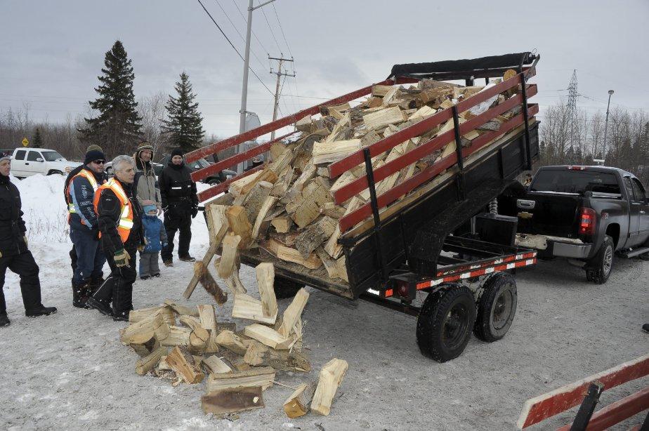 LOCK-OUT JOUR 1 (1 janvier) Les travailleurs ont reçu un chargement de bois, lundi, pour les aider à se chauffer sur la ligne de piquetage. | 3 janvier 2012