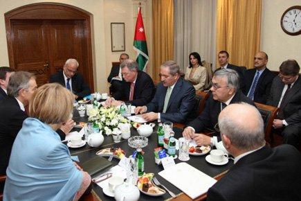 Les délégués palestinien Saëb Erakat et israélien Yitzhak... (Photo: AFP)