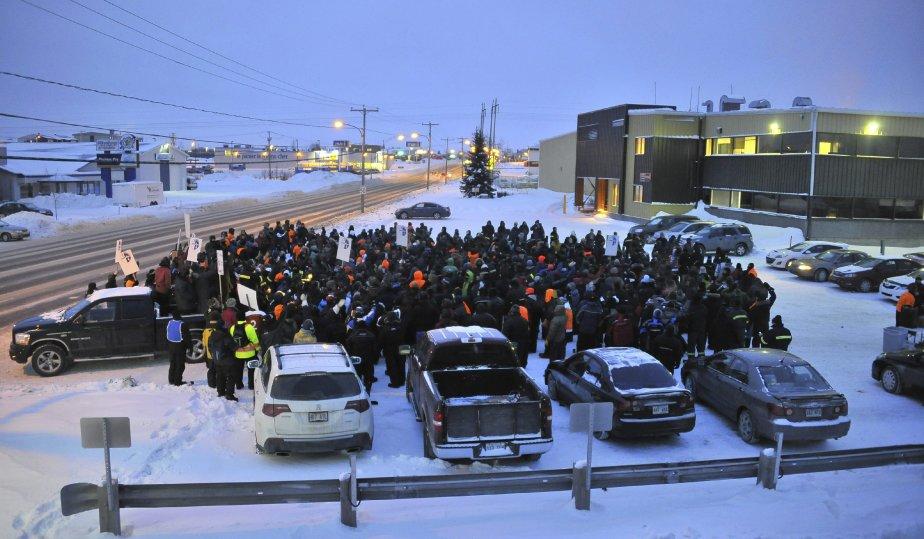 LOCK-OUT JOUR 4 (4 janvier) Quelque 500 travailleurs de Rio Tinto Alcan (RTA) se sont réunis mercredi matin devant les locaux de la division Énergie électrique Québec, à Alma, afin de dénoncer les échanges d?hydroélectricité entre la compagnie et Hydro-Québec. | 4 janvier 2012
