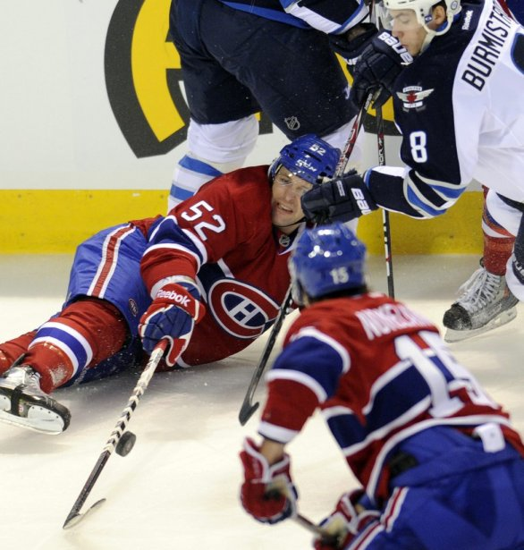 Mathieu Darche contrôle la rondelle  face à Alexander Burmistrov. (Bernard Brault, La Presse)