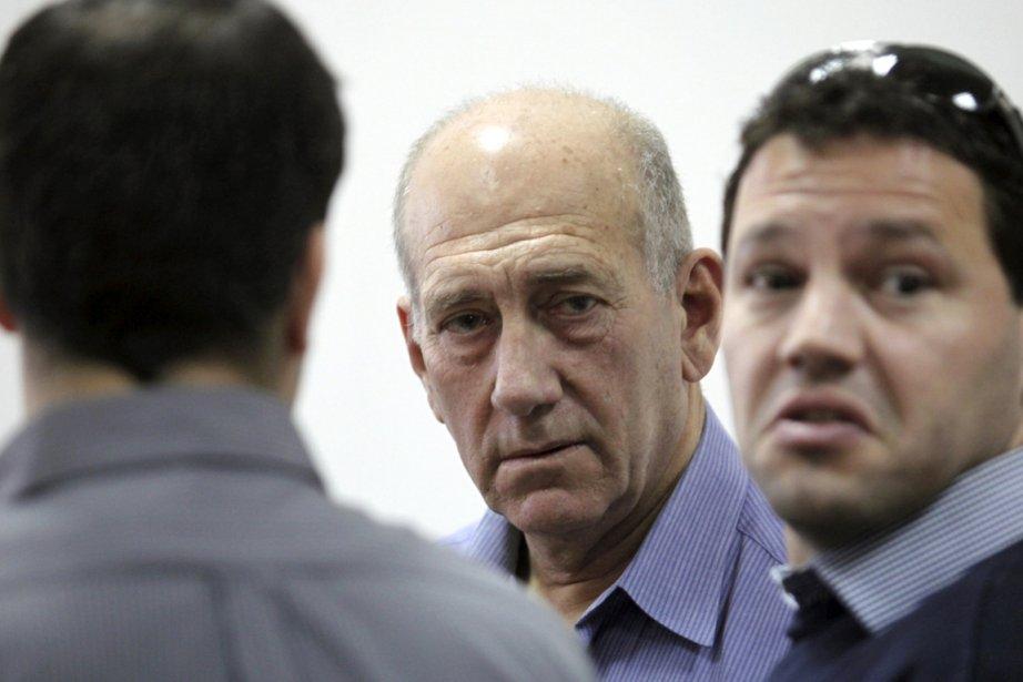 L'ancien premier ministre Ehud Olmert (au centre) est... (Photo: Yossi Zamir, Archives Reuters)