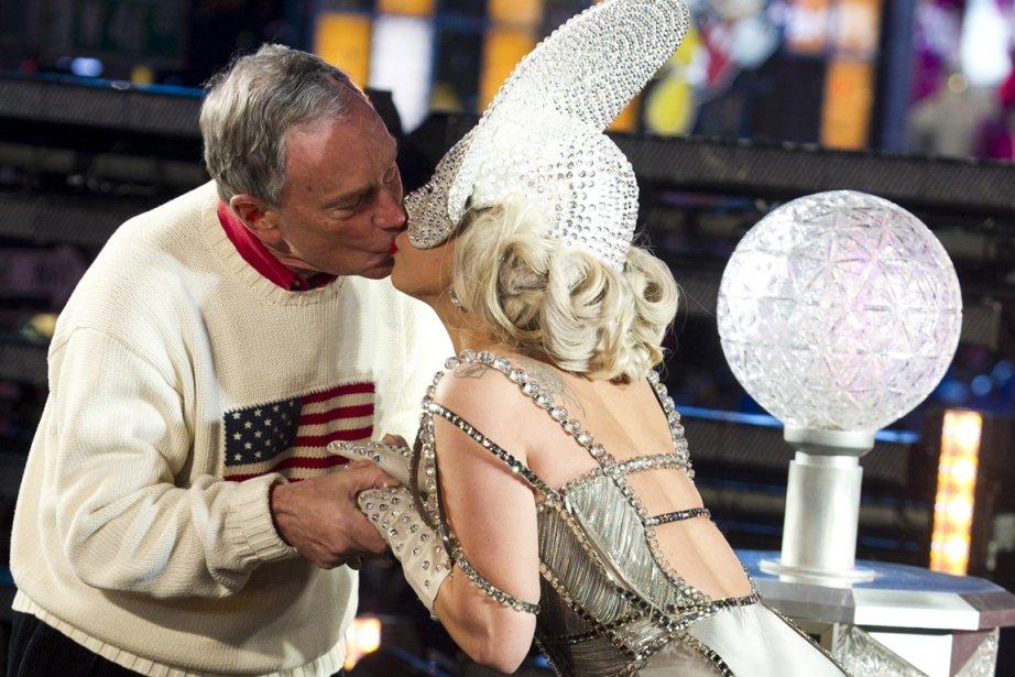 Lady Gaga embrasse le maire de New York,... (Photo: AP)