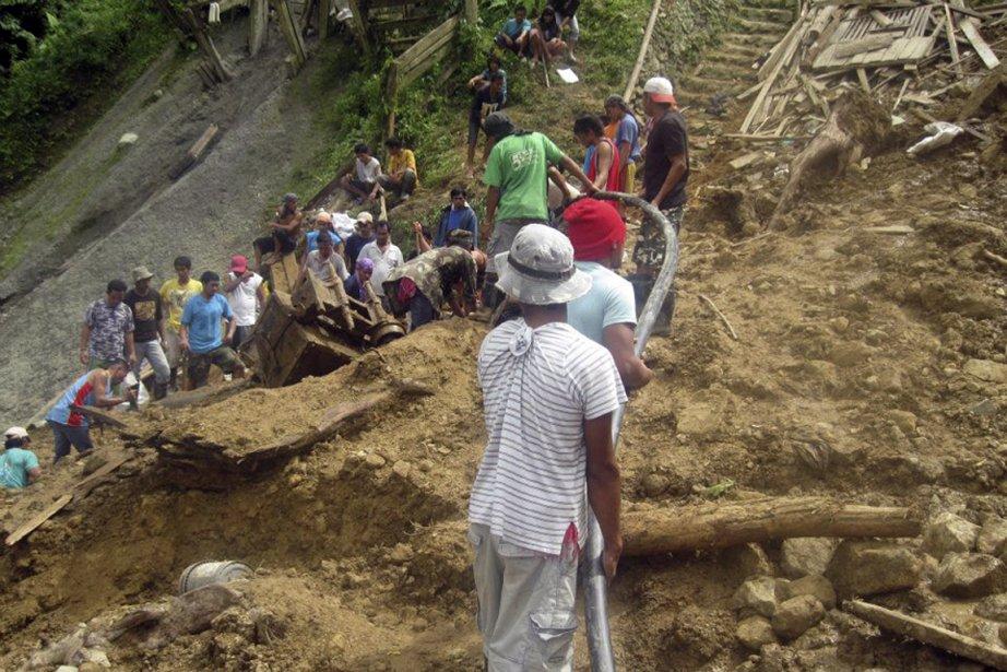 Des secouristes tentent de retrouver des survivants parmi... (Photo: Reuters/Armée philippine)