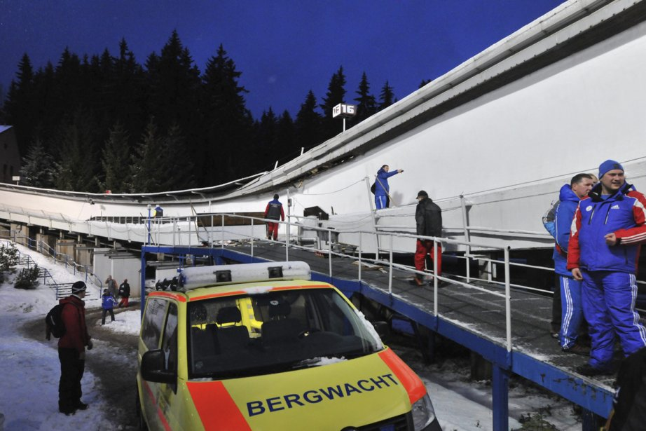 Des secouristes inspectent la piste à l'endroit où... (Photo: Associated Press)