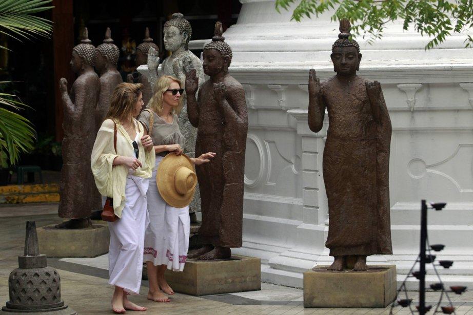Des touristes au temple Gangaramaya, à Colombo... (Photo: Retuers)