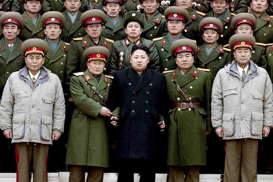 Kim Jong-un (au centre) est né un 8... (Photo: KCNA/AFP)