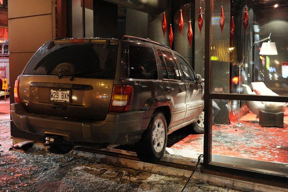 Un VUS a teminé sa course  dans... (Photo: Bernard Brault, La Presse)