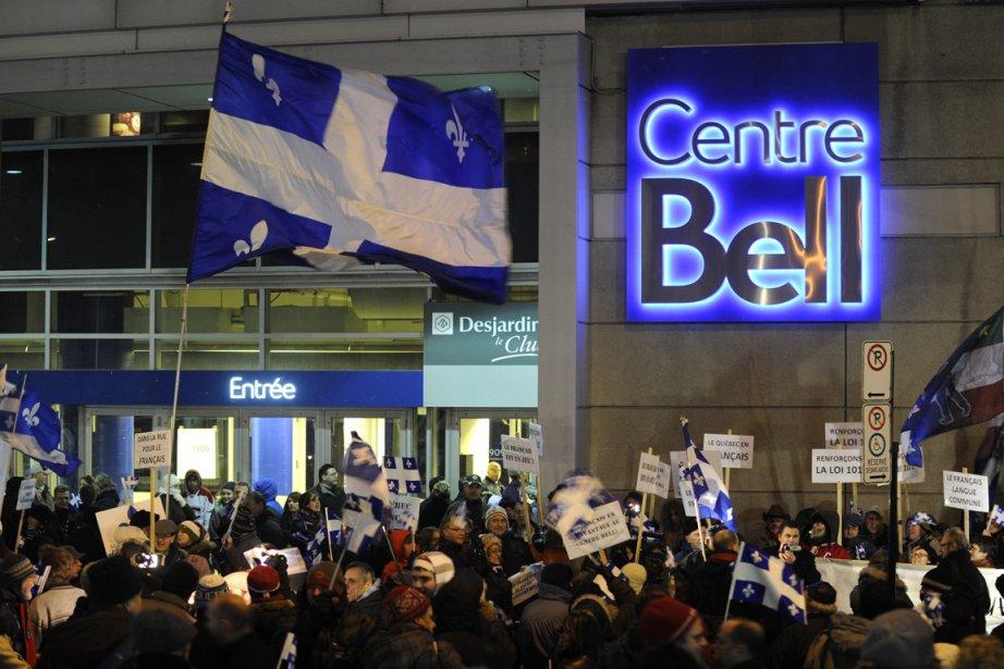 Quelques centaines de manifestants étaient présents devant le... (Photo Bernard Brault, La Presse)