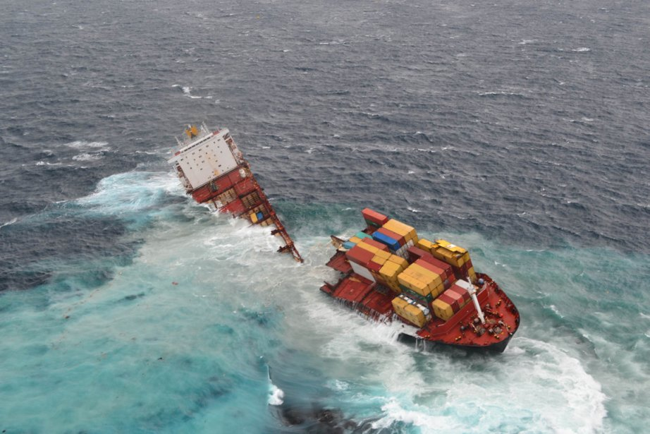 Le pétrolier Rena, échoué depuis trois mois sur... (Photo AFP)