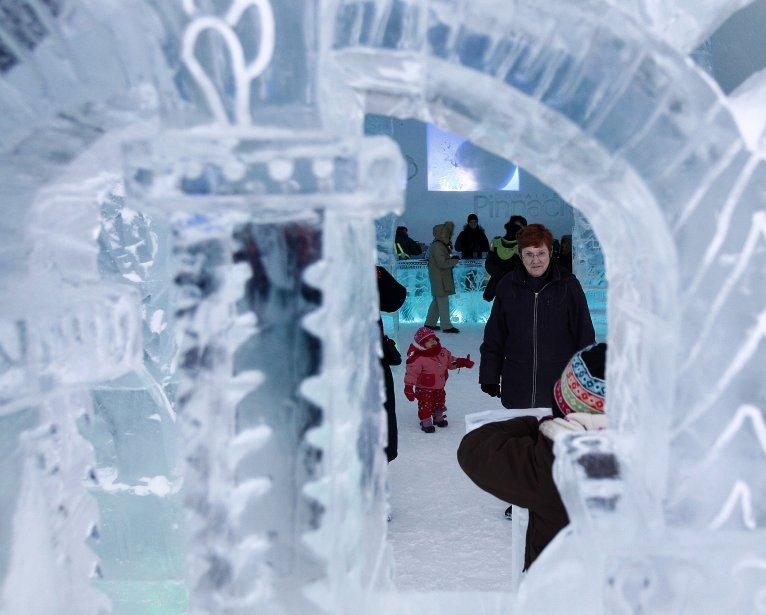 Le mobilier, les colonnes et plusieurs éléments décoratifs de l'Hôtel de Glace ont été fabriqués avec une quantité de 500 tonnes de glace. | 8 janvier 2012