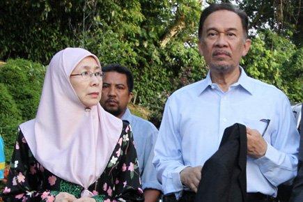 Anwar Ibrahim aux côtés de sa femme à... (Photo: AFP)