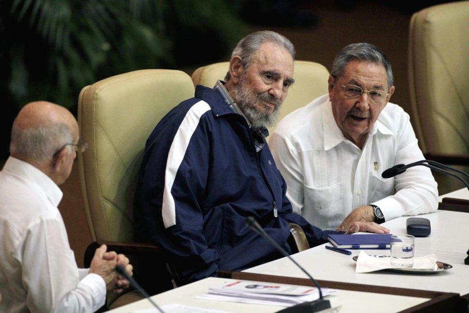 Fidel Castro (au centre), que l'on voit ici... (Photo: Javier Galeano, Archives AP)
