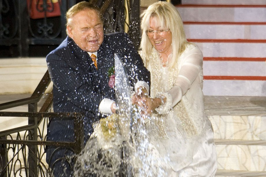 Sheldon et Miriam Adelson sablent le champagne lors... (Photo: Archives Bloomberg News)