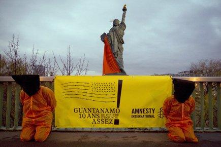 Des activistes d'Amnistie internationale manifestaient mardi à Paris... (Photo: AFP)