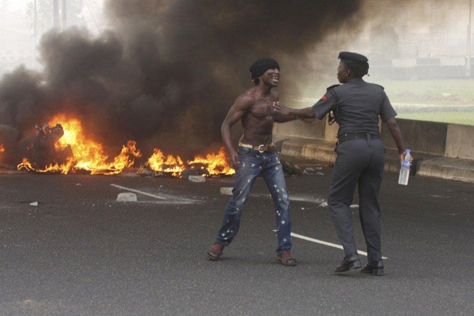 Des manifestations ont éclaté partout au Nigeria à... (Photo: Sunday Alamba/AP)