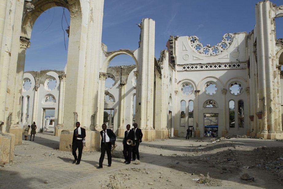Un orchestre traverse les ruines de la Cathédrale... (Photo: Martin Chamberland, La Presse)