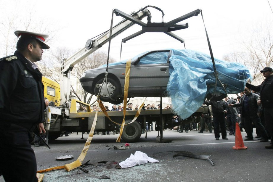 Des policiers iraniens remorquent le véhicule dans lequel... (Photo: Mehdi Marizad, Fars/AP)