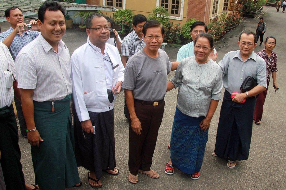L'ex-premier ministre Khin Nyunt (au centre) avec sa... (Photo: AFP)