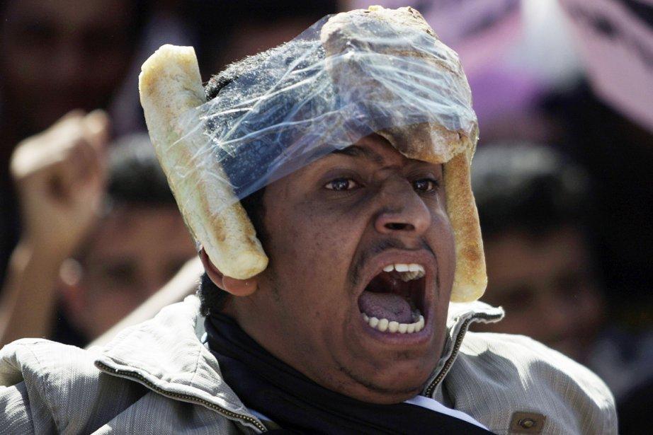 Le pain: on l?oublie facilement, mais ce sont d?abord des raisons économiques, plus que politiques, qui ont enflammé les peuples arabes. «Du pain, de l?eau, oui. Mais non à Ben Ali», scandaient les manifestants tunisiens, excédés par le chômage élevé et les inégalités croissantes. L?Égypte était encore sous le choc de la crise du pain, en 2008, lorsque les prix avaient triplé et provoqué émeutes et affrontements. | 14 janvier 2012