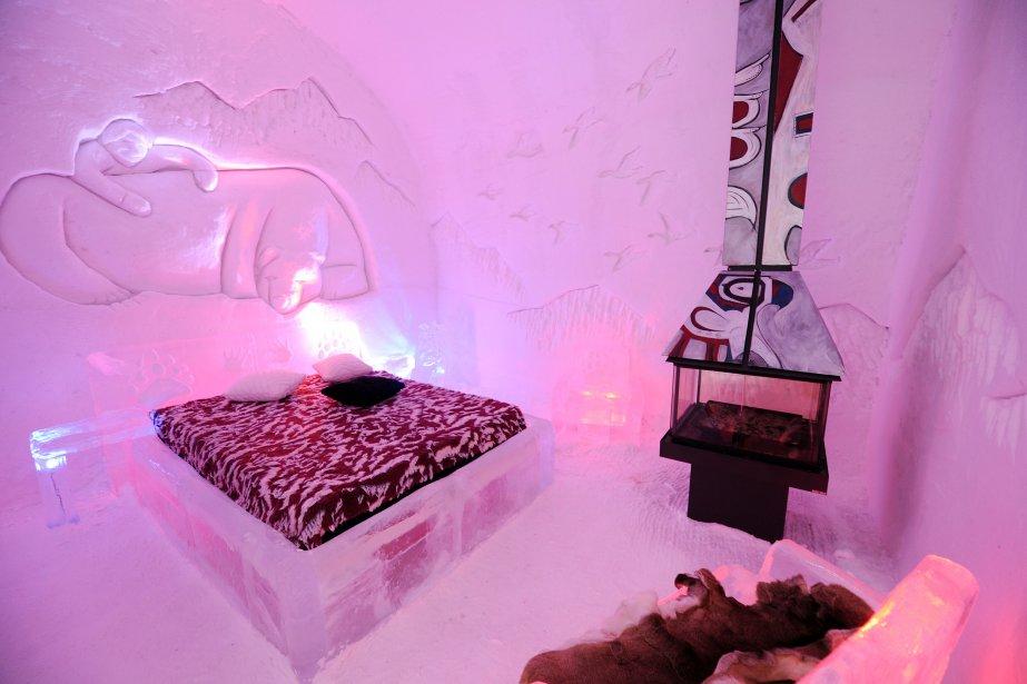 La suite «L'enfant qui a vécu avec l'ours» est caractérisée par la représentation d'outardes, emblème de la nation crie, gravées dans la neige. Cette année, l'entreprise de Québec Don-Bar a conçu des foyers magnifiques. Ils ne chauffent pas, mais ils s'accordent au thème de l'Hôtel de Glace, Le Québec nordique. | 15 janvier 2012