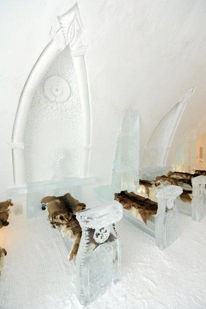 La chapelle est dotée de bancs de glace sculptée comme de la dentelle. Les arcs en ogive sont gravés avec une finesse inouïe. | 15 janvier 2012