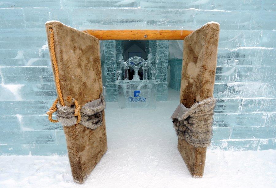 Le mobilier, les colonnes et plusieurs éléments décoratifs de l'Hôtel de Glace ont été fabriqués avec une quantité de 500 tonnes de glace. | 15 janvier 2012