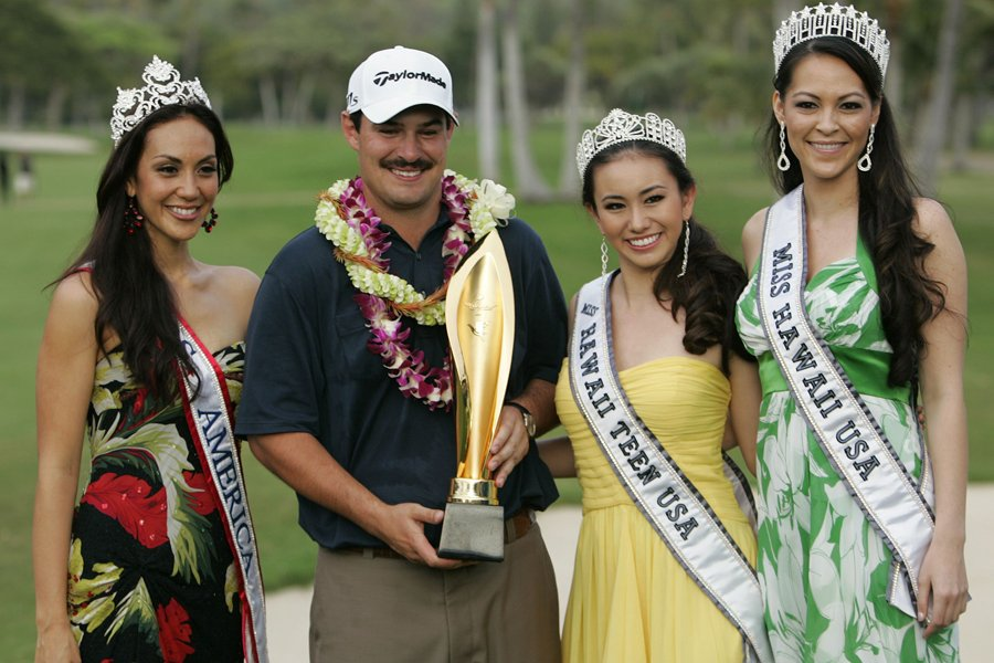 Johnson Wagner pose avec son trophée, entouré de... (Photo: Reuters)