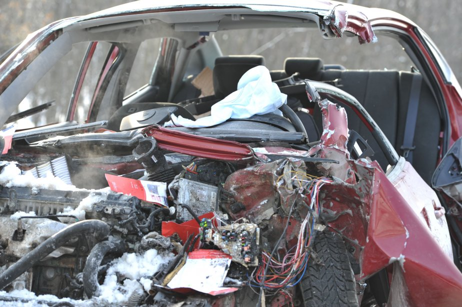 Sous la force de l'impact, le devant du véhicule a été pratiquement pulvérisé. | 16 janvier 2012