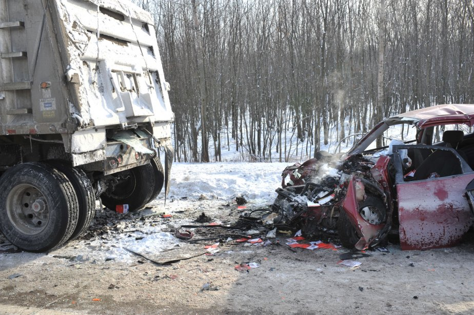 Selon la Sûreté du Québec, le semi-remorque immobilisé était visible et son conducteur avait installé des triangles de signalisation. | 16 janvier 2012