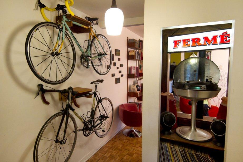 Vélos posés sur socles en bois. Tourne-disque sur... (Photo: Robert Skinner, La Presse)